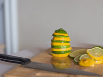Pirâmide do limão e do cal na cozinha na placa de madeira Imagens de Stock