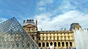 A pirâmide do Louvre foto de stock royalty free