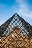 Pirâmide do Louvre imagens de stock