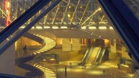 Pirâmide do Louvre iluminada no início da noite, vista dentro da construção, turismo video estoque