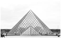 Pirâmide do museu Paris da grelha imagens de stock
