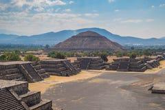 A pirâmide do Sun e a avenida dos mortos em Teotihuacan foto de stock royalty free