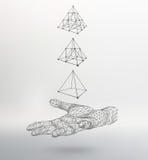 Pirâmide do triângulo no braço A mão que guarda a Foto de Stock