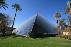 Pirâmide do vidro do hotel de Luxor imagem de stock