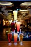 A pirâmide dos cocktail na barra em um fundo borrado do restaurante foto de stock royalty free
