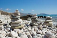 Pirâmide dos seixos em uma praia do mar Imagens de Stock Royalty Free