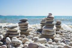 Pirâmide dos seixos em uma praia do mar Fotografia de Stock