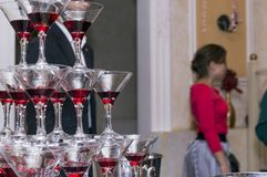 A pirâmide dos vidros do champanhe, lotes dos vidros de vidro, bebe Imagem de Stock Royalty Free