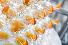 Pirâmide dos vidros na celebração Os cocktail coloridos fecham-se acima um partido ao ar livre no por do sol Imagem de Stock Royalty Free