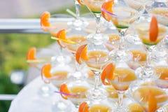 Pirâmide dos vidros na celebração Os cocktail coloridos fecham-se acima um partido ao ar livre no por do sol Imagens de Stock