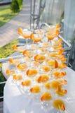 Pirâmide dos vidros na celebração Os cocktail coloridos fecham-se acima um partido ao ar livre no por do sol Imagens de Stock Royalty Free