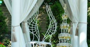 Pirâmide dos vidros para o champanhe no jardim exterior na cerimônia de casamento vídeos de arquivo