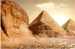 Pirâmide e montanhas Imagens de Stock Royalty Free