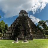 Pirâmide e o templo no parque de Tikal Objeto Sightseeing na Guatemala com templos maias e ruínas do Ceremonial Tikal é um antigo fotos de stock