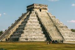 A pirâmide e os turistas Fotografia de Stock