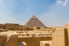A pirâmide egípcia antiga de Khafre com ruínas, túmulos e monumentos em Giza imagem de stock
