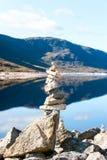 Pirâmide equilibrada das pedras em montanhas e na parte traseira selvagens escocesas do lago Foto de Stock Royalty Free