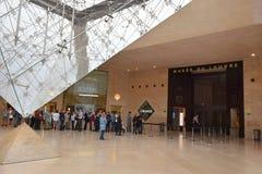 Pirâmide invertida na entrada subterrânea ao museu do Louvre Foto de Stock