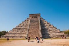 Pirâmide maia El Castillo Kukulkan do Maya de Anicent em Chichen-Itza, México fotografia de stock