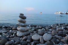 Pirâmide minúscula das rochas na costa de mar imagens de stock