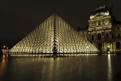 Pirâmide na noite, Paris do Louvre Fotos de Stock
