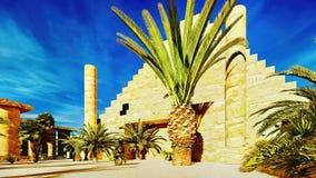Pirâmide na rendição dos oásis 3d de Sahara ilustração royalty free