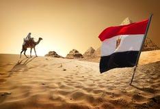 Pirâmides da bandeira no deserto imagem de stock