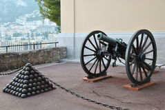 Pirâmides das balas de canhão e do canhão perto do príncipe Palace em Mônaco Foto de Stock