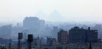 Pirâmides de Giza através do embaçamento Fotografia de Stock