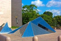 Pirâmides de vidro no National Gallery da arte no Washington DC, EUA imagens de stock