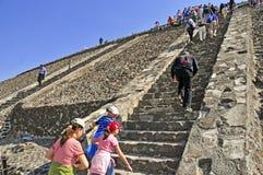 Pirâmides na avenida dos mortos, Teotihuacan, México Imagem de Stock