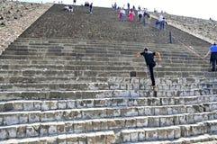 Pirâmides na avenida dos mortos, Teotihuacan, México Foto de Stock Royalty Free
