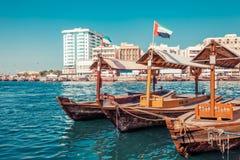 Pir av traditionella vattentaxifartyg i Dubai, UAE Panoramautsikt p? liten vikgolf och Deira omr?de Id?rikt bearbeta f?r f?rgstol arkivbild