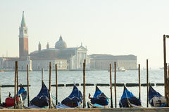 Pir av Venedig gondoler nära helgonMarcos fyrkant Arkivbild