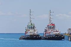 pir band upp bogserbåtar två Arkivfoton