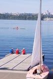 Pir, besättning av en seglingskyttel förväntar en vind Royaltyfri Bild