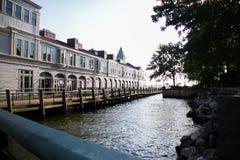 Pir ett hamnhus och floden i perspektivsikt, New York Arkivbild