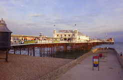 Pir för Brighton East Sussex UK sommartidslott Arkivfoton