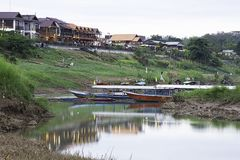 Pir för det turist- fartyget parkerar på Mekonget River på Chiangkhan Loei i Thailand arkivbilder