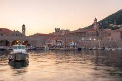 Pir i gammal stad av Dubrovnik på solnedgången Arkivbild