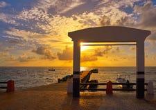 Pir karibiska Mexico för Riviera Mayasoluppgång arkivfoto