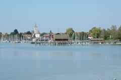 Pir, marina och byggnader på Chiemsee sjön i Tyskland Royaltyfri Bild