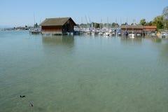 Pir, marina och byggnader på Chiemsee sjön i Tyskland Royaltyfri Foto