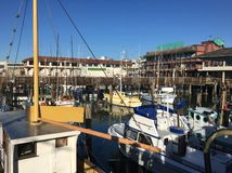 Pir med färgrika fiskebåtar i San Francisco arkivbild