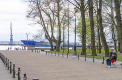 Pir med fyren i Kronstadt Ryssland Arkivbilder