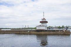 Pir med fyren Kronstadt Ryssland Royaltyfria Bilder