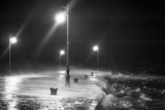 Pir med mycket stark vågor och vind Royaltyfria Bilder