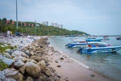 Pir med sikt av det Pattaya stadstecknet p? pir, s?dra Pattaya, Thailand royaltyfri foto