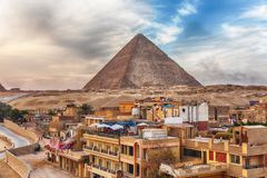 A pir?mide da cidade de Cheops e de Giza pr?ximo, o Cairo, Egito fotografia de stock royalty free
