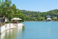 Pir och sommarkafé på kusten av sjön Abrau i semesterortbyn solig dagsommar Arkivbilder